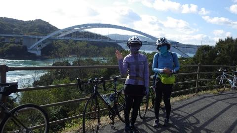 大三島橋をバックに記念撮影