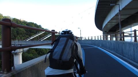 来島海峡大橋のスロープを上ります。