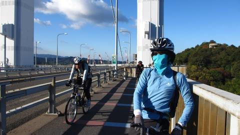 来島海峡大橋を渡る部長