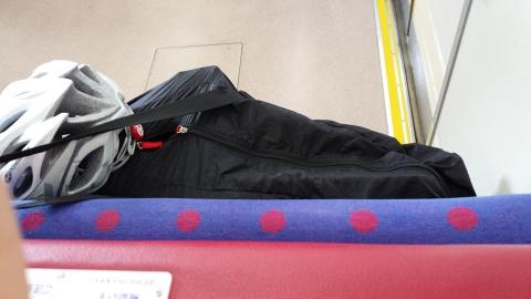 快特三崎口行きは全席ボックスシート、自転車を置くのがちょっと大変でした。