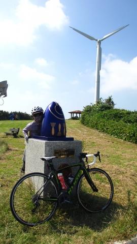 宮川公園にて。マグロと大根のオブジェと一緒に記念撮影。
