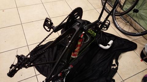輪行バックに自転車をしまいます。