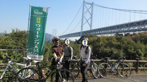 はっさく屋さんの前で因島大橋をバックに記念写真