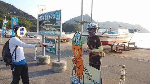 道の駅「よしうみいきいき館」にて来島海峡大橋をバックに記念撮影中