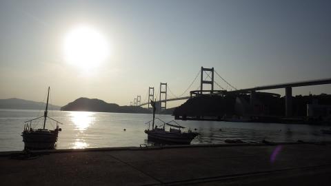夕日に照らされる来島海峡大橋。逆光なので…少し残念。