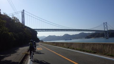 尾道から最初の橋、因島大橋が見えてきました。