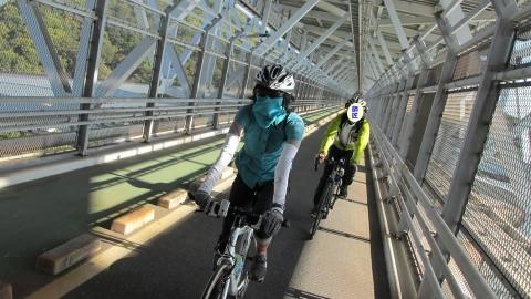 因島大橋の中を走る!
