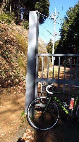 弓立山のゲート、今は左側が綺麗に刈り取られて、人や自転車は行けるようになっていました。