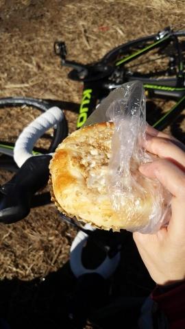 山頂でパン工房「シロクマ」で買ったゴボウパンを頂きました、素敵な景色に美味しいパン、最高ですね~!