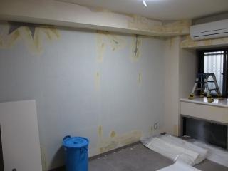 寝室の壁紙を剥がしたところ