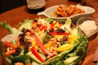 レーズンとナッツの彩りファイバーサラダ