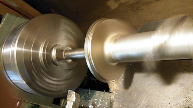 旋盤で餅つき機の軸を修正