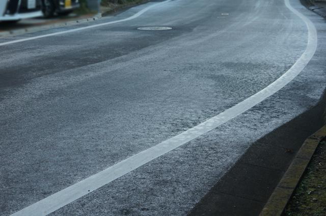 朝、凍てつく道路