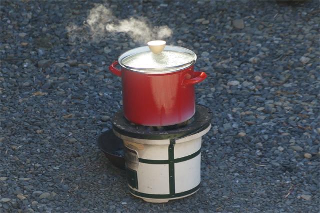 七輪で豚汁を煮込む