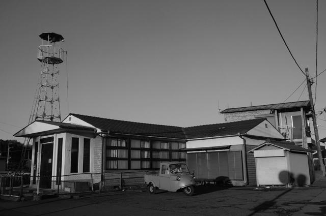 堀之内研修所と火の見櫓とミゼット 白黒写真