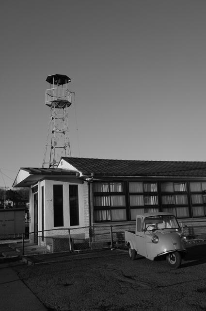 堀之内研修所とミゼット 白黒写真
