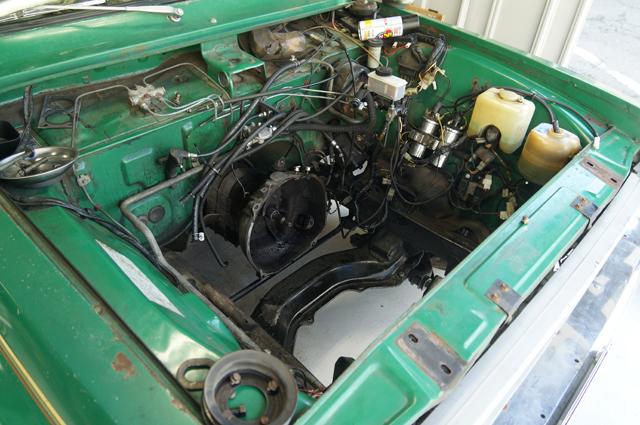エンジンが降ろされたロータリーピックアップのエンジンルーム
