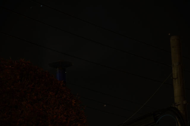 夜、陣笠煙突より立ち上る煙