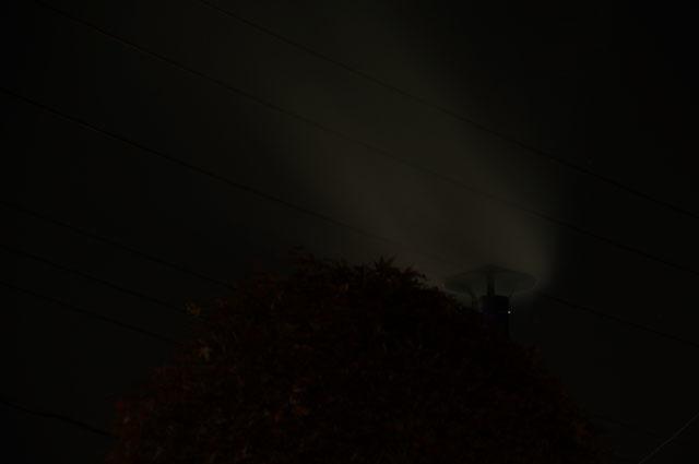 陣笠煙突より立ち上る煙 夜