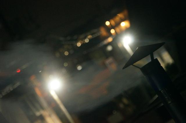 夜の陣笠煙突から吐き出される煙