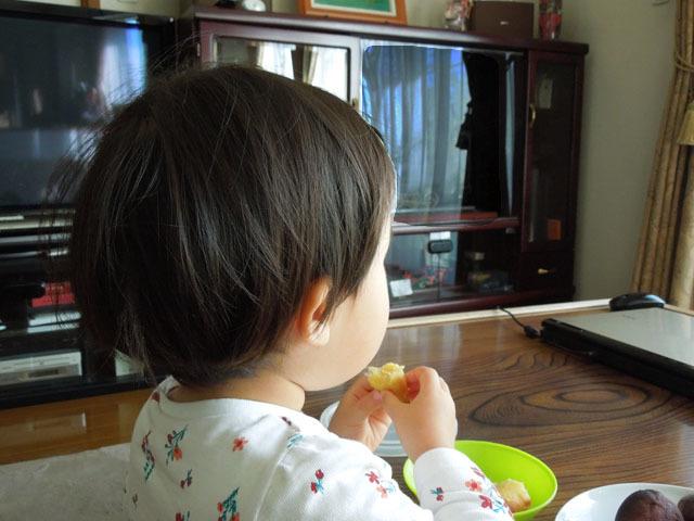 汽車を見ながら焼き芋を食べる