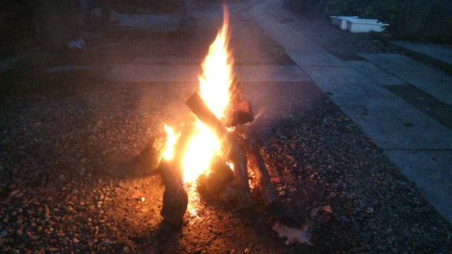 焼芋用の焚火