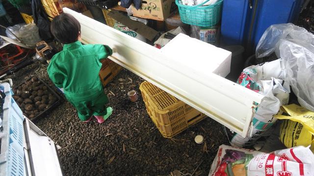 荷台のアオリに錆止を塗る