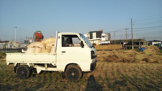 田んぼの中で約600kg分の籾袋を積んだキャリイ・ST31・2スト3気筒・4WD