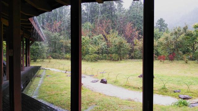 秋川渓谷瀬音の湯 森のテラスで始まった紅葉