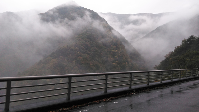 丹波山の紅葉した山と雲