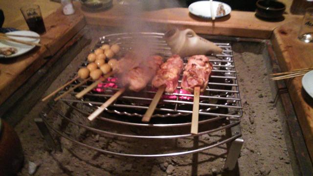 鎌田鳥山で、もも肉を焼く