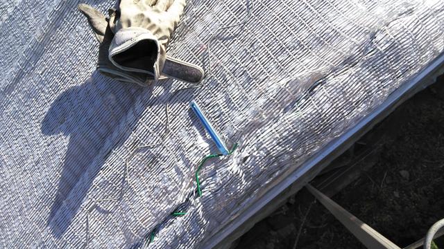 スプリング外しの道具を使って遮光ネットを外す