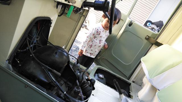 ミゼットのエンジンを覗き込む子供