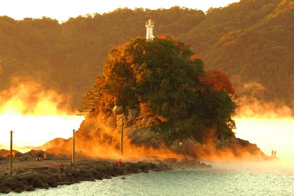 双名島と川煙と釣り人