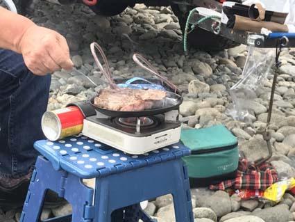 9サファリ界重鎮自ら焼くステーキ