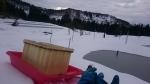雪の上をソリで運搬
