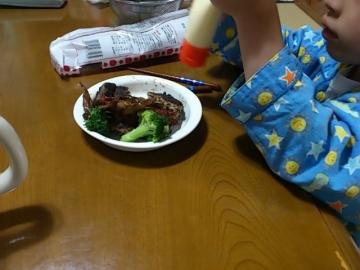 ハンバーグを食べる息子