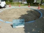 砂場表層の砂をレーキで掻き集める