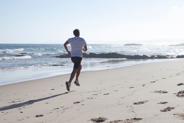 マラソン 海岸を走るランナー