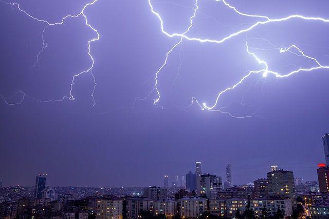 雷は金属をめがけて落ちるというのはウソだった?