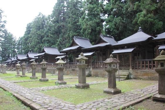 左側奇数代の藩主の廟屋