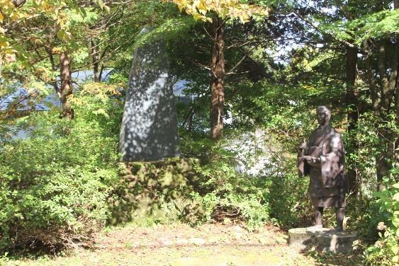 芭蕉と石碑