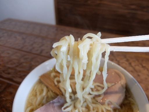 縮れた平打ち太麺