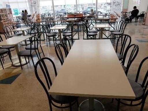フードコートのテーブル席