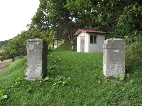 旧滝里小中学校門