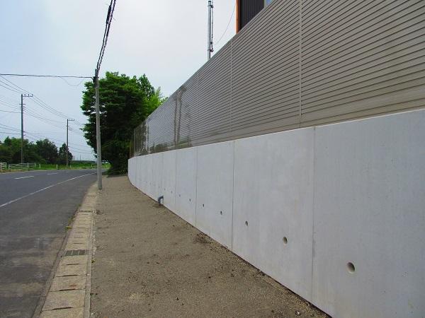 擁壁とフェンス設置の完成と溶剤舗装後