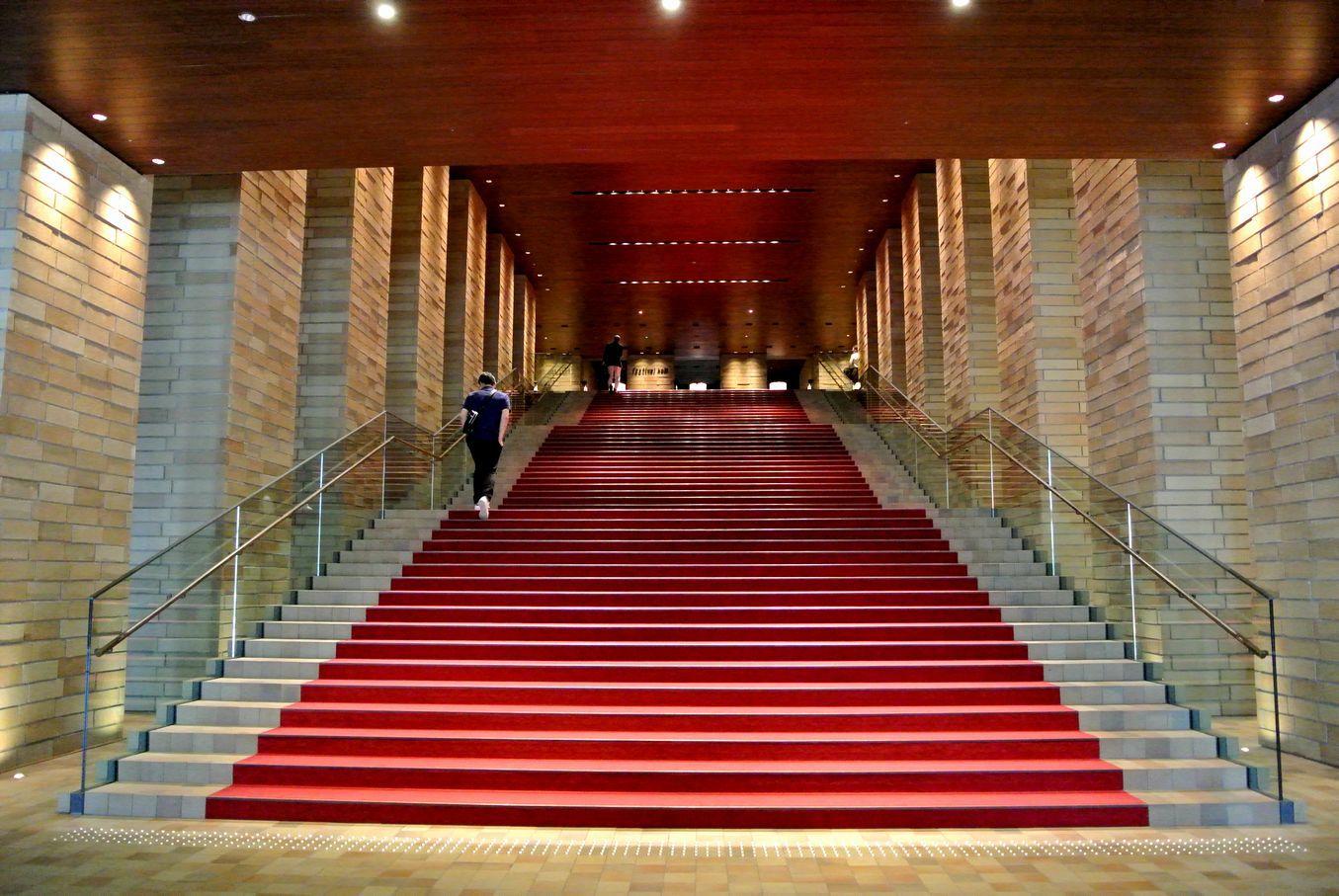 ⑪赤い階段